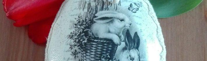 Pisanka z królikami w koszyku